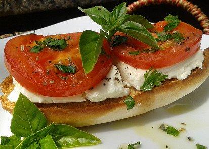 Křupavá bageta s teplými rajčaty a Fetou
