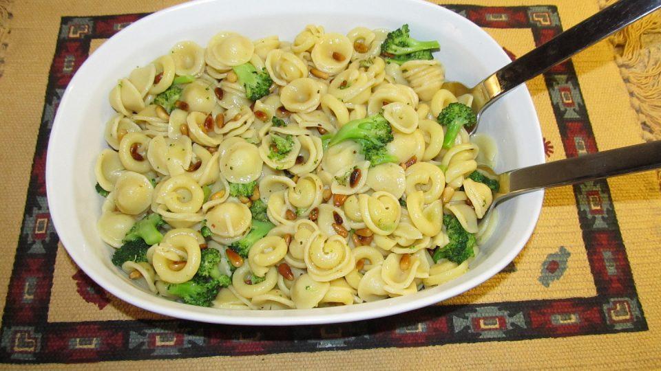 Těstoviny s brokolicí, bazalkou a piniovými oříšky