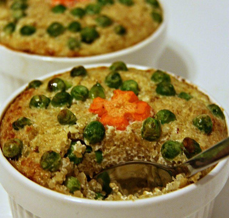Zapečená quinoa s hráškem a zakysanou smetanou