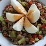 Čočkový salát s paprikou, kornyšonkami a vejcem